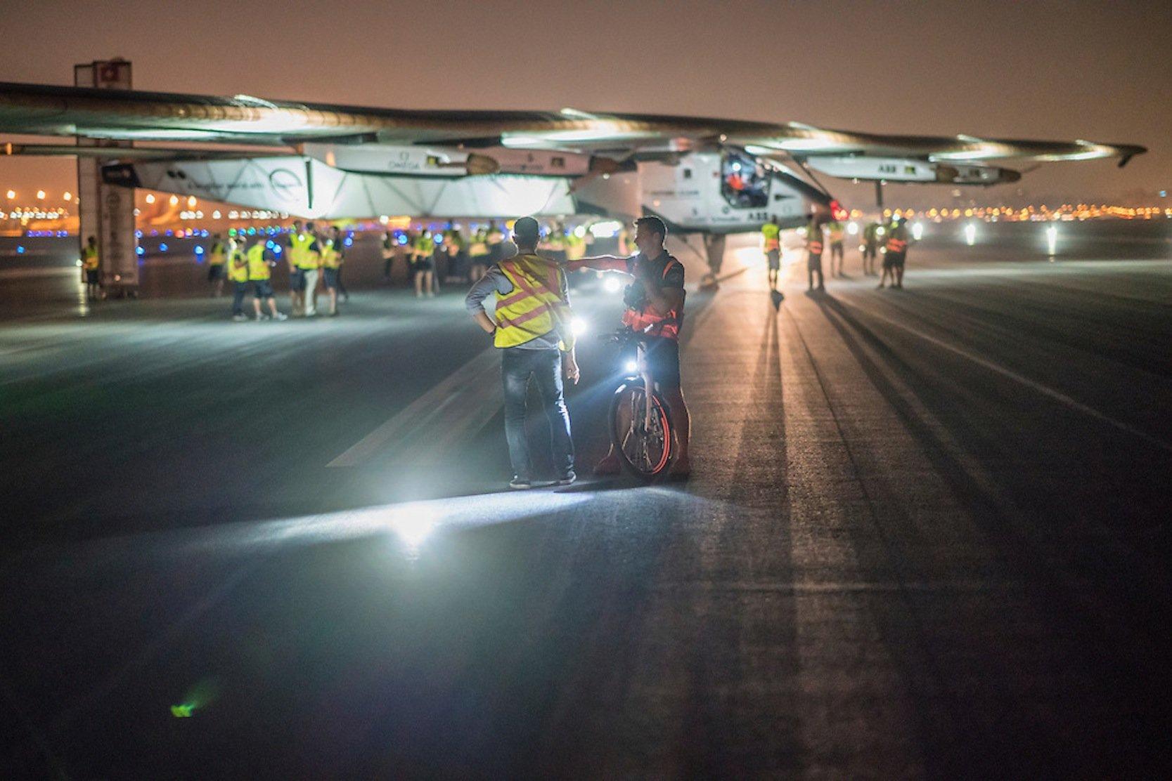 Kurz vor dem Start in Kairo: Die Solar Impulse 2 ist am Sonntag früh um 1:28 Uhr Ortszeit vom internationalen Flughafen zur letzten Etappe nach Abu Dhabi gestartet.