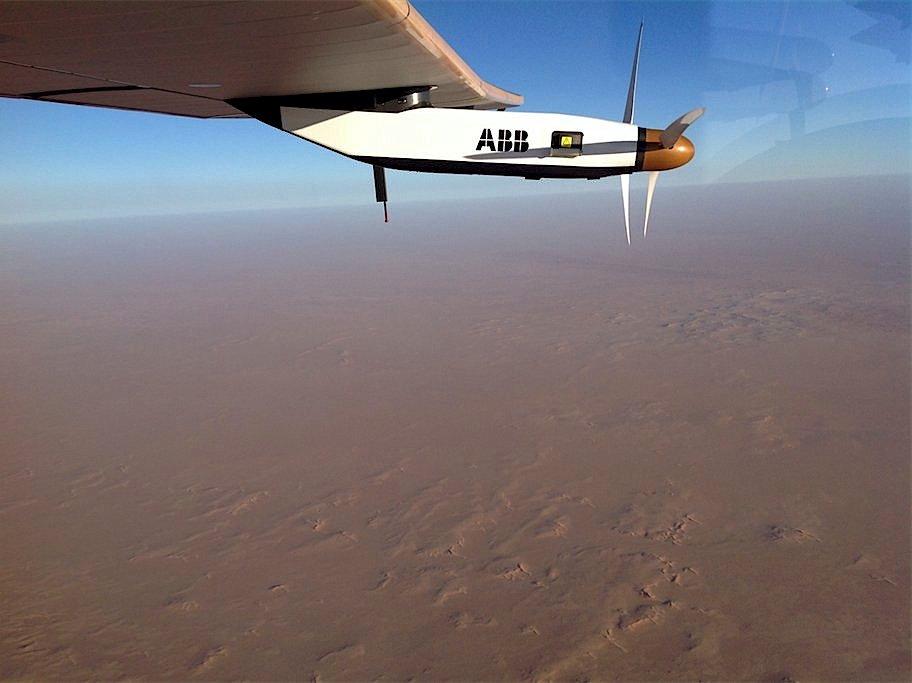 Die Solar Impulse über der Wüste Saudi Arabiens.