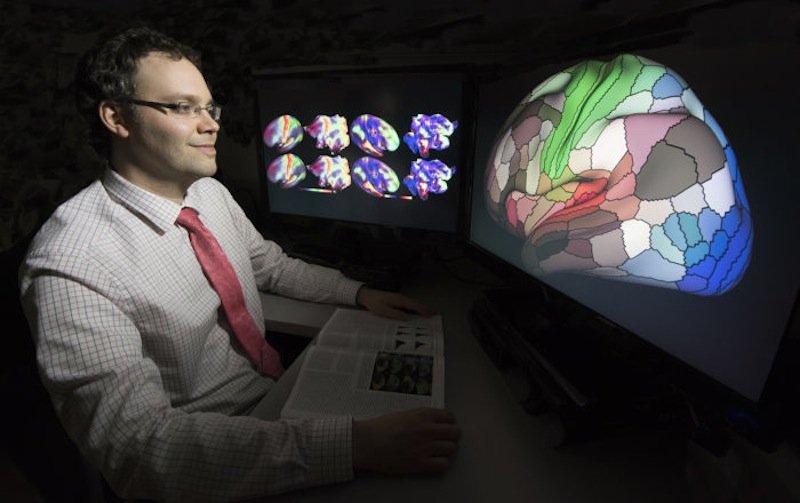 Ein internationales Forscherteam um Dr. Matthew Glasser (Bild) hat den bislang detailreichsten Atlas für die menschliche Hirnrinde erstellt. Die Karte soll bei der Erforschung von Autismus, Schizophrenie, Dement und Epilepsie helfen.