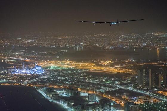 Flug der Solar Impulse 2 über Abu Dhabi: Im Hintergrund ist deutlich die Große Moschee zu sehen.