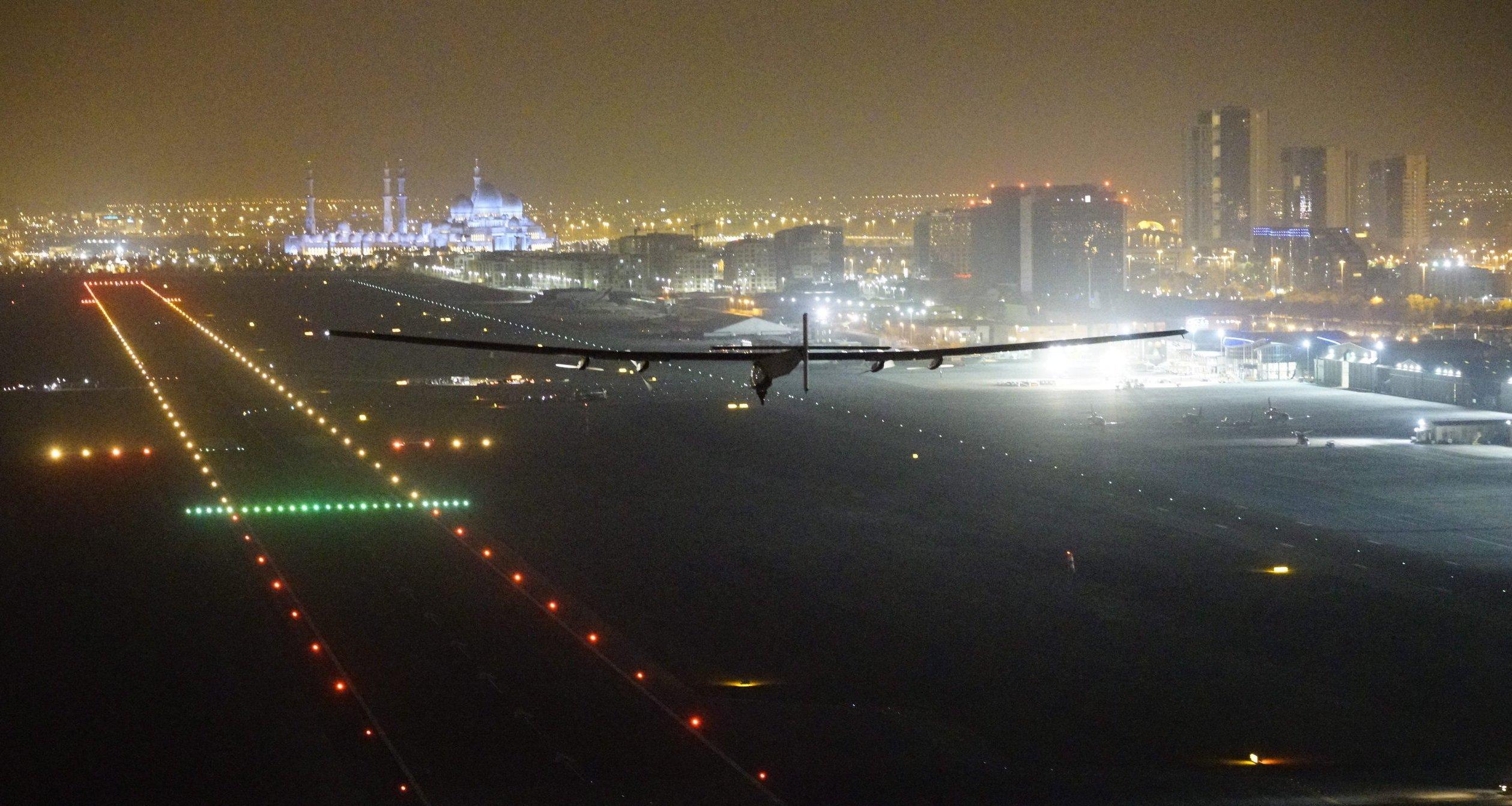 Die Solar Impulse 2 landete um 4.05 Uhr Ortszeit in Abu Dhabi. Das Solarflugzeug hat in einem Jahr und vier Monaten einmal die Welt umflogen und dabei 43.041 km zurückgelegt.