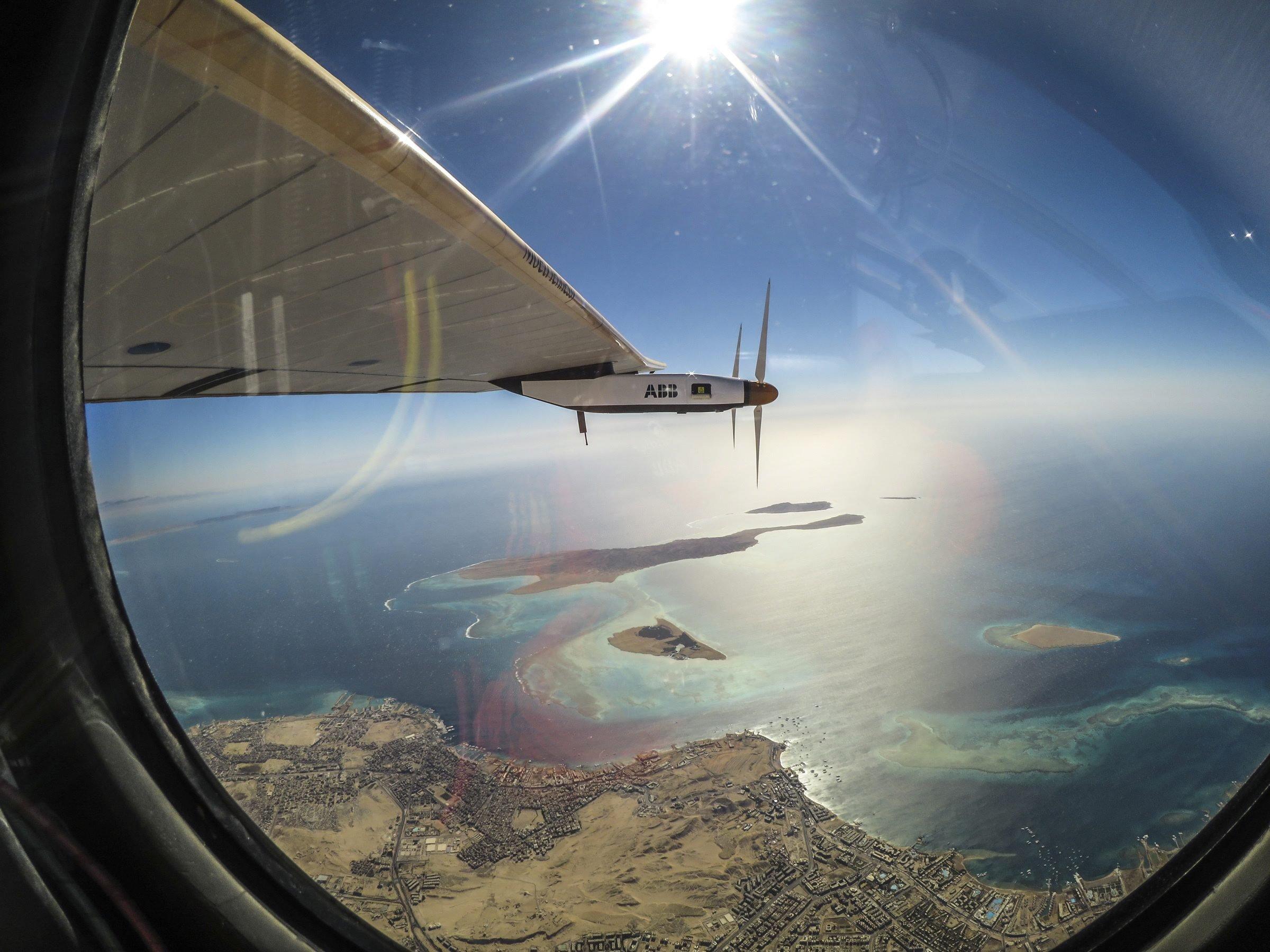 Auf der Weltumrundung der Solar Impulse 2 gab es immer wieder phantastische Motive. Hier blickt Pilot Bertrand Piccard auf der letzten Etappe auf das Rote Meer.