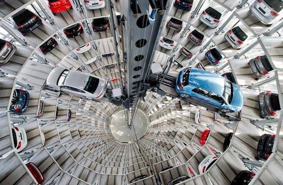 VW-Neuwagen in den Autotürmen der Autostadt in Wolfsburg: Trotz des Dieselskandals ist der VW-Konzern im 1. Halbjahr offenbar der weltweit größte Autohersteller der Welt geblieben und hat beim Absatz sogar um 0,8 % zugelegt.