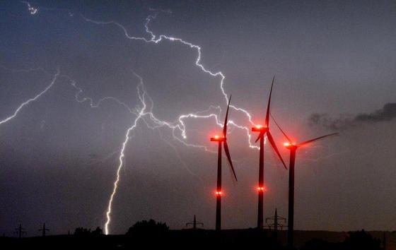 Blitze über Windrädern bei Algermissen im Landkreis Hildesheim:Im vergangenen Jahr schlugen549.784 Blitze auf der Erde in Deutschland ein. Das hat jetzt Siemens mitgeteilt.