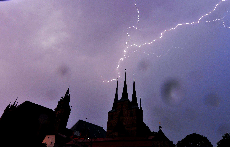 Gewitter über den Türmen von Mariendom (l.) und Severikirche (r.) in Erfurt: Besonders viele Blitze schlugen im vergangenen Jahr im Erzgebirge in Thüringen ein.