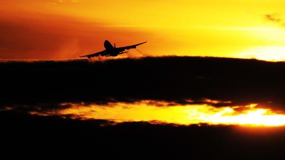 Ein Flugzeug startet vom Flughafen in Frankfurt am Main: Nur jeder zehnte Flugreisende würde sich derzeit in eine autonom fliegende Maschine ohne Pilot setzten.