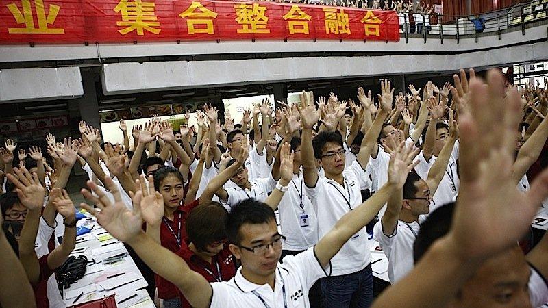 Mitarbeiter des Auftragsfertigers Foxconn: Chinesische Industrieunternehmen wollen die Zahl der Roboter in der Fertigung stark erhöhen. Auch in China sind die Löhne stark gestiegen.