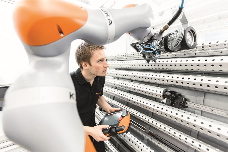 Kuka-Roboter: China will deutlich mehr Roboter in der Produktion einsetzen.