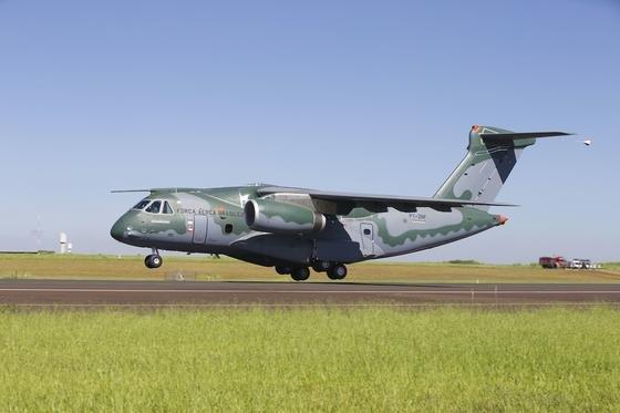 Erstflug des brasilianischen MilitärtransportersKC-390 von Embraer Anfang Februar 2015: Embraer hat jetzt eine Kooperation mit Boeing geschlossen, um das Flugzeug auch in Europa besser verkaufen zu können.