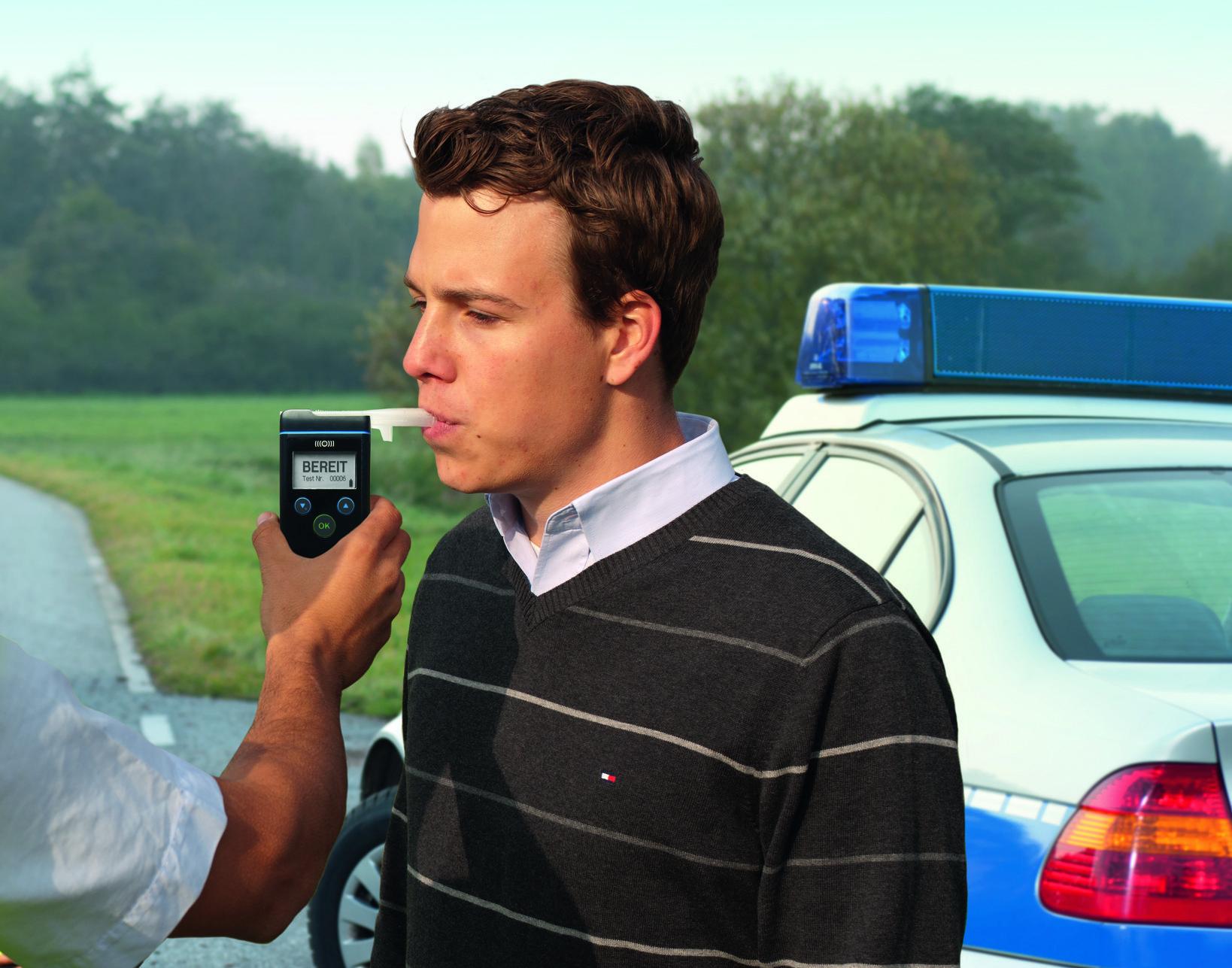 Alkoholtestgeräte sollten allein der Polizei vorbehalten werden, findet der ADAC.