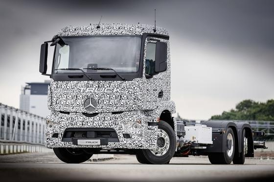 Der neue Urban eTruck von Mercedes ist ein 26-Tonner und soll im städtischen Verteilerverkehr bis zu 200 km mit einer Batteriefüllung fahren können.