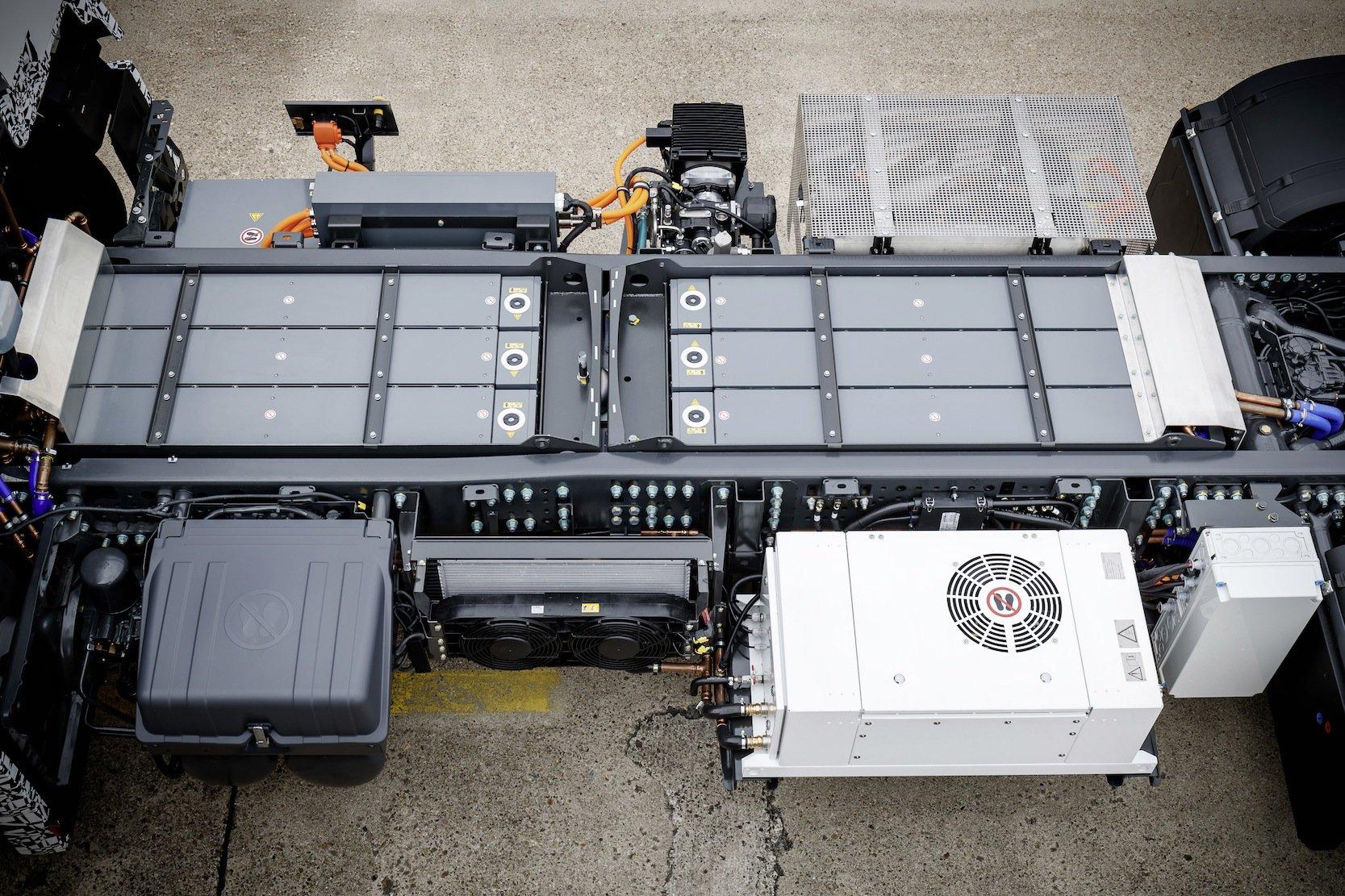 Die Batterie liegt gut geschützt in der Mitte des Lkw. Die Serienbatterie hat eineGesamtkapazität von 212 kWh. Sie ist modular aufgebaut und kann auch noch vergrößert werden für größere Reichweiten.