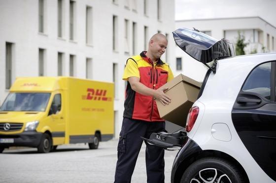 Die Deutsche Post DHL will künftig Pakete auch im Kofferraum zustellen, wenn der Empfänger nicht zu Hause ist.
