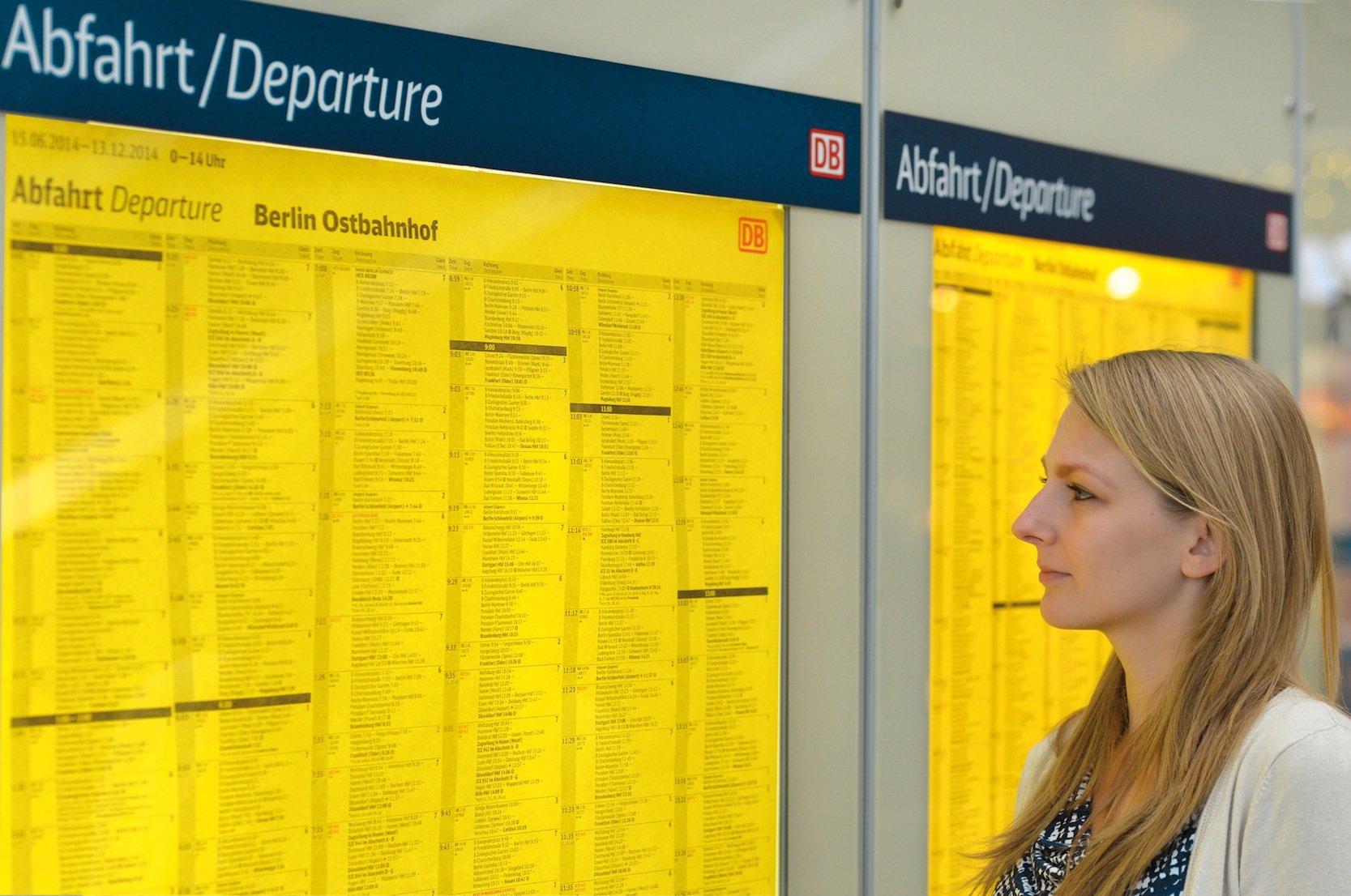 Fahrplan der Deutschen Bahn: Die Abfahrtszeiten von Zügen und Informationen über den Zielort kann man künftig auch über Display-Fenster im Zug abrufen.