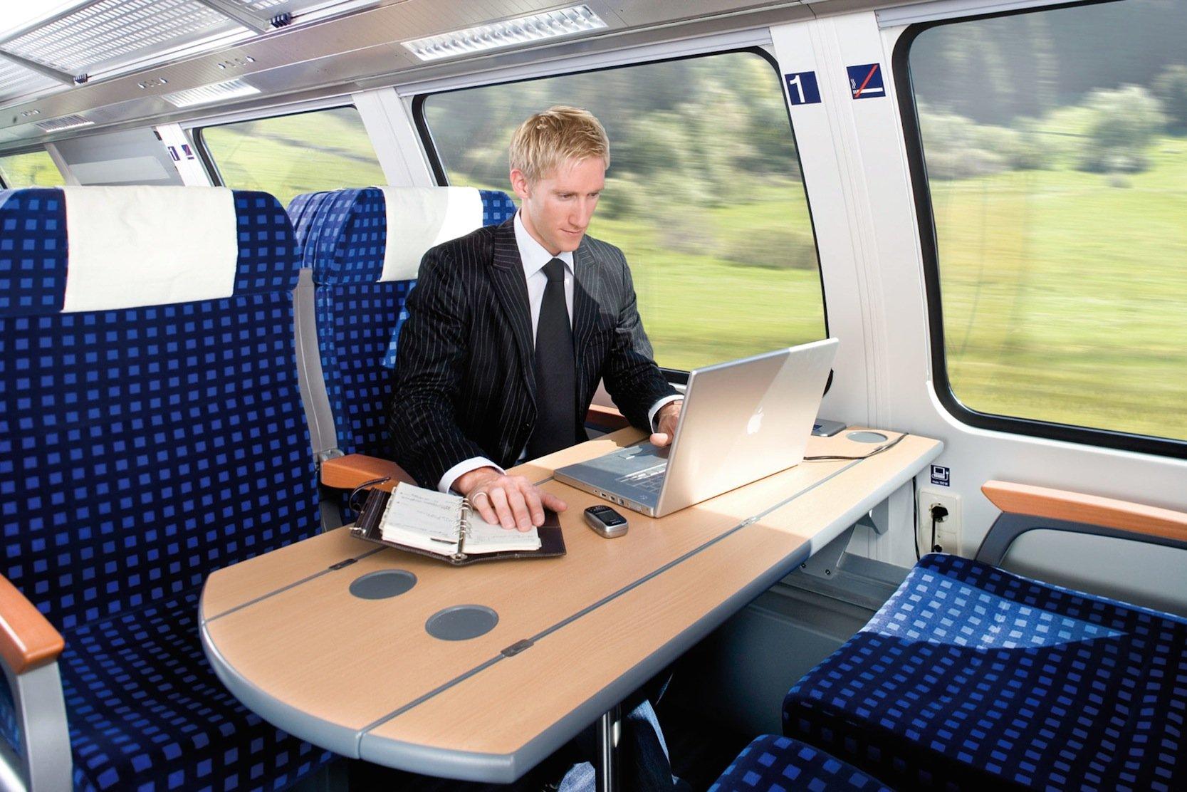Arbeiten in einem Regionalzug der Schwarzwaldbahn der Deutschen Bahn: In künftigen Zügen will die Bahn das Arbeiten durch neue IT-Techniken verbessern.