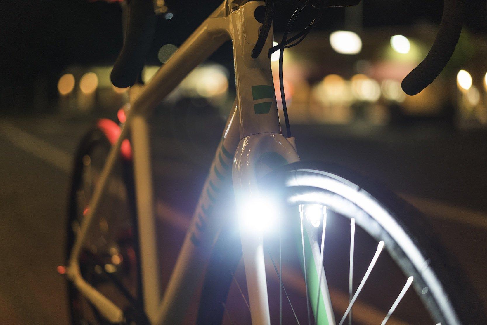 Die LED-Beleuchtung ist im Rahmen integriert. Der Frontstrahler erreicht eine Leistung von 300 Lumen.