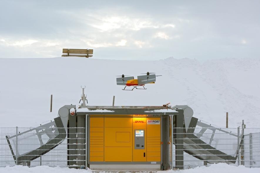 Ankunft einer DHL-Paketdrohne auf der verschneiten Winkelmoosalm: Von Januar bis März hat DHL den Pakettransport in Reit im Winkl per Paketdrohne zwischen Berg und Tal erprobt.