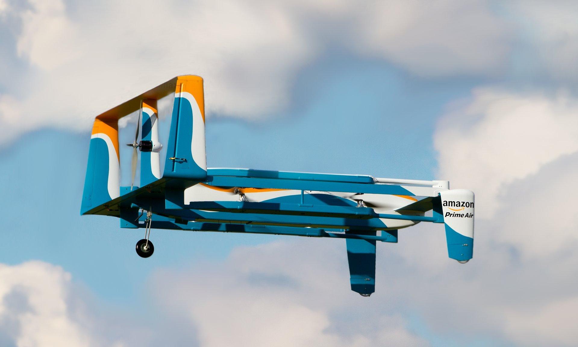 Amazon darf in Großbritannien sein Drohnenprogramm Prime Air testen. Flüge außer Sichtweite des Piloten sind dabei ebenso erlaubt wie Flüge, in denen ein Pilot mehrere Drohnen gleichzeitig steuert bzw. überwacht.