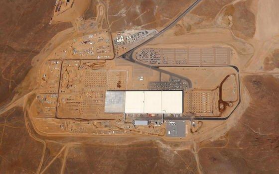 Der erste Teilabschnitt der Gigafactory von Tesla in der Wüste von Nevada ist fertig. Firmenchef Elon Musk baut die größte Batteriefabrik der Welt.
