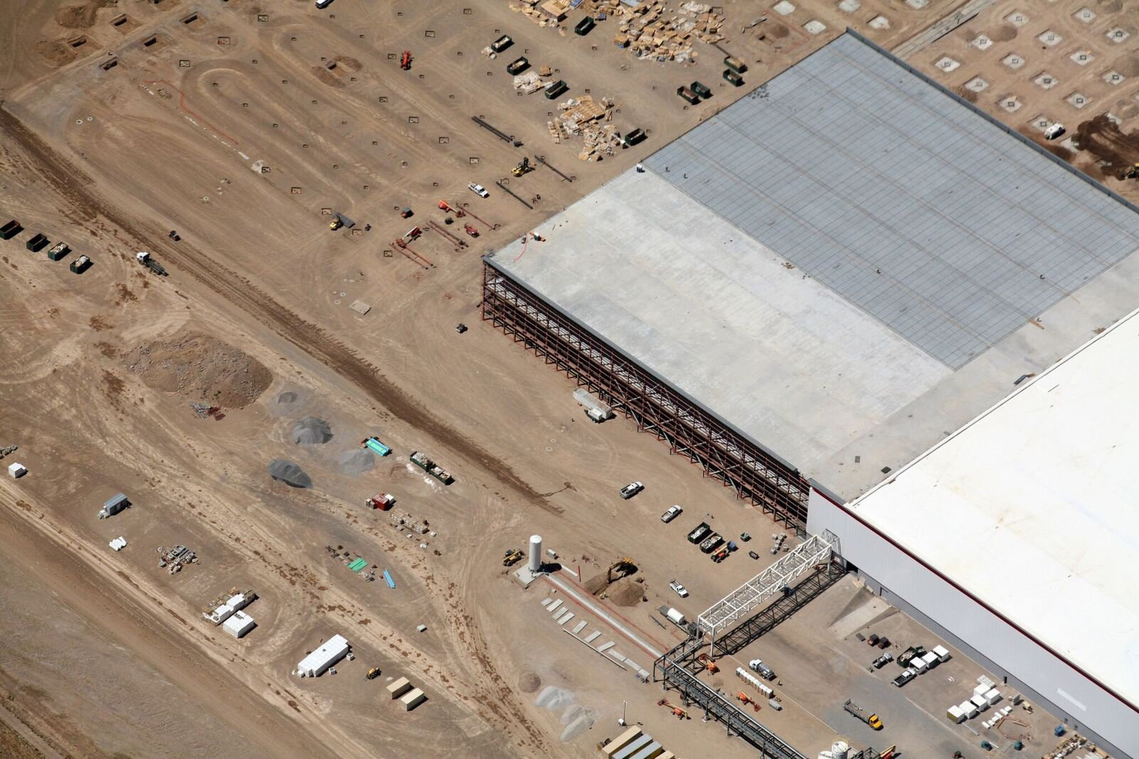 Im gerade fertiggestellten ersten Bauabschnitt der Tesla-Gigafactory werden die so genannten Powerwall-Akkus hergestellt. Das sind Akkus für Zuhause, in denen sich Solarenergie lokal speichern lässt.