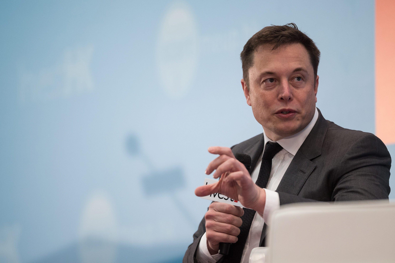 Tesla-Chef Elon Musk hat den ersten Teilabschnitt seiner neuen Gigafactory nur einem kleine, ausgewählten Kreis vorgestellt.