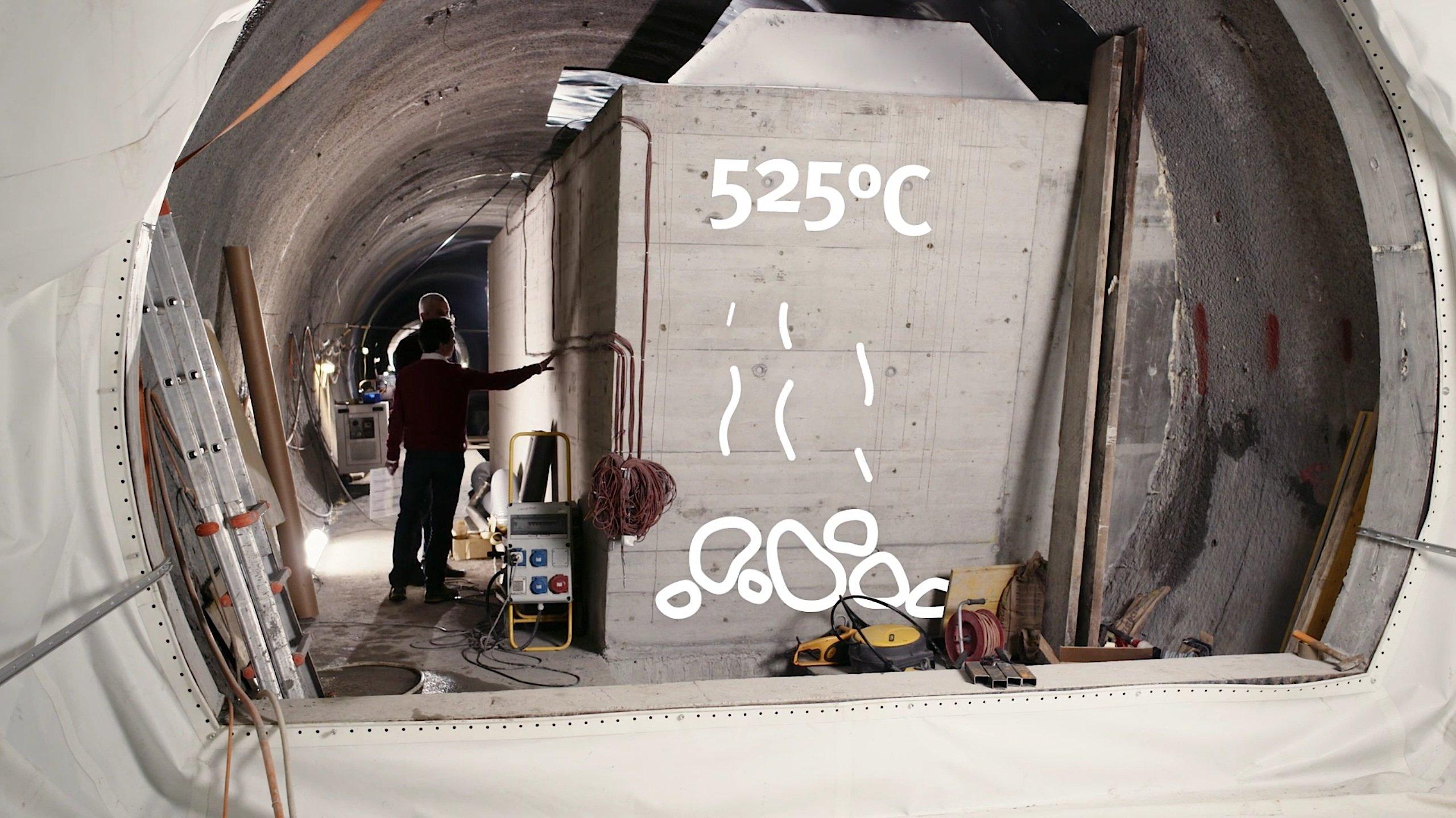 Bei der Kompression der Luft entstehenTemperaturen von bis zu 550 °C. Durch die Speicherung dieser Energie in einem Raum, der mit Steinen gefüllt ist, lässt sich die Energie später wieder nutzen. Dadurch wollen die Schweizer Ingenieure einen Wirkungsgrad von bis zu 72 % erreichen.