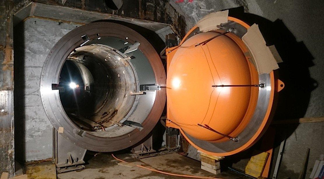 Stahltüren verschließen den Versorgungstunnel im Gotthard auf beiden Seiten und machen ihn damit zu einem Druckluftspeicher.