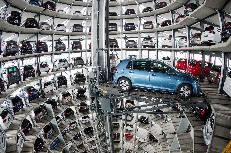 Neuwagen von Volkswagen in den Autotürmen der Autostadt am VW Werk in Wolfsburg: VW und Bosch beteiligen sich an der Entwicklung eines Assistenzsystems, das die Bewegungen aller Insassen im Auto erkennt und analysiert.