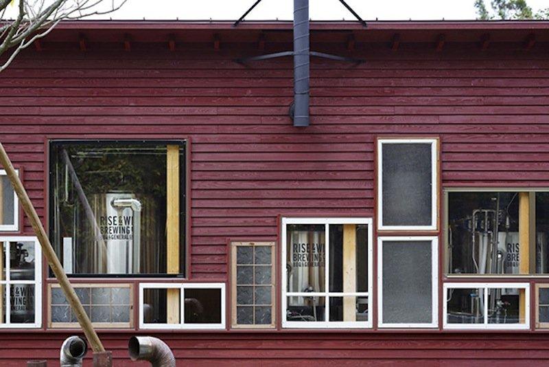 Hauptsache nicht neu: Viele verschiedene Fenster aus zweiter Hand fallen schon beim ersten Blick auf das Kamikatz Public House ins Auge.