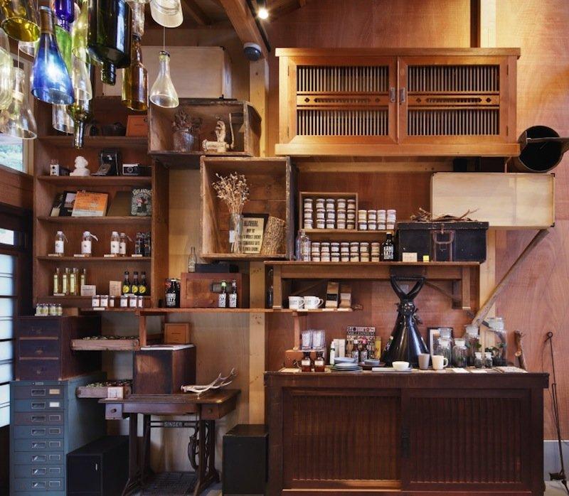 Hat Charme:Die Zedernholz-Konstruktion stammt aus lokalem Holzabfall, der mit der traditionell in Japan hergestellten Gerbsäure-Farbe der Persimmon-Baumfrucht gestrichen wurde. Die Möbel sind Umbauten aus nicht mehr gebrauchten Stücken.