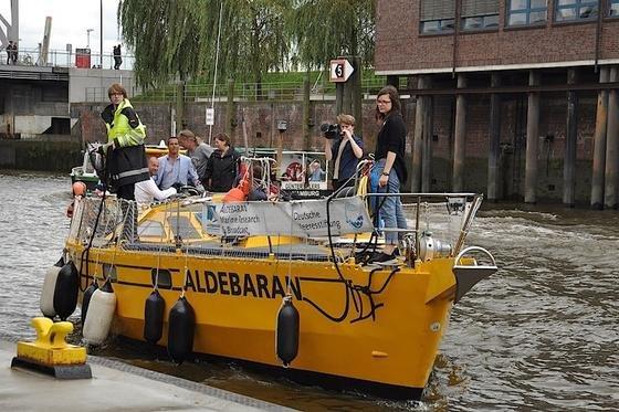 Mit dem Forschungsschiff Aldebaran beim Anlegen in der HafenCity in Hamburg: Mit dem Schiff haben die Forscher die Schadstoffsammler in Flüssen und Meeresbuchten ausgesetzt. Das Ergebnis: Mikroplastik, das sich im Sediment einlagert, zieht Giftstoffe magisch an.