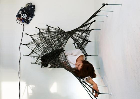 Das Netz der Spinnen-Roboter aus Stuttgart. Es ist stabil genug, um einen erwachsenen Menschen zu tragen.