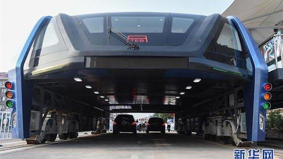 Der Riesenbus TEB aus China fährt einfach über dem Straßenverkehr hinweg. Der Entlastungseffekt auf den lokalen Straßenverkehr soll so stark sein, wie der Betrieb einer U-Bahn, die Baukosten sollen aber nur ein Fünftel einer U-Bahn betragen, weil kein Tunnel in die Erde gegraben werden muss.