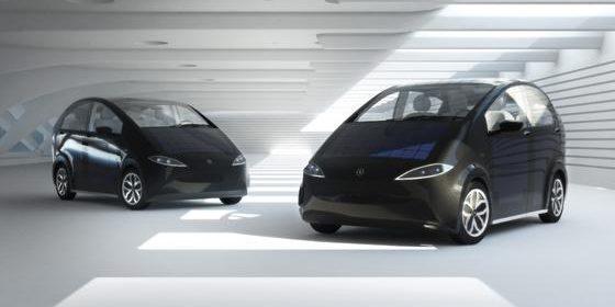Zwei Sion-Modelle von Sono Motors stehen sich gegenüber