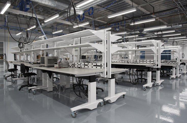 Das neue Hardware-Labor von Facebook ist mit 50 Werkbänken ausgestattet.