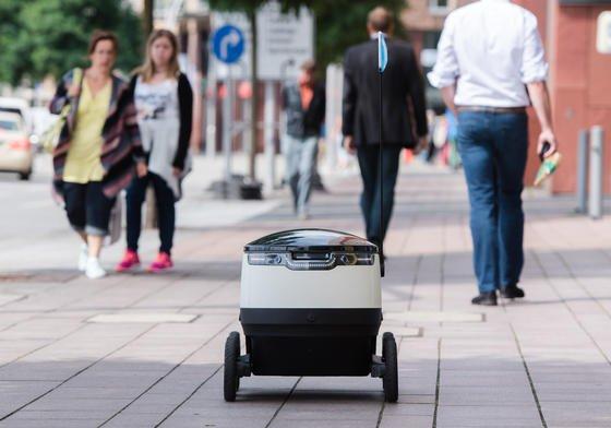 Ein von der Firma Starships Technologies entwickelter Roboter des Paketlieferanten Hermes fährt am 4. August 2016 durch Hamburg. Noch in diesem Monat starten im Testbetrieb drei der rollenden Kleinfahrzeuge in der Hansestadt und bringen Waren von ausgewählten Paketshops zu mehr als 100 Testkunden.