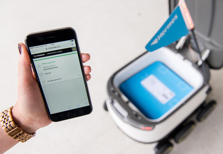 Per Smartphone muss der Kunde Hermes bestätigen, dass er die vom Roboter gelieferte Ware erhalten hat.
