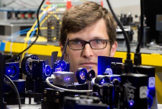Christian Lisdat beobachtet einen Teil einer optischen Uhr in einem Labor der Physikalisch-Technischen Bundesanstalt (PTB) in Braunschweig (Niedersachsen). Er ist sich sicher: In zehn Jahren könnte sie die Cäsium-Atomuhr ablösen.