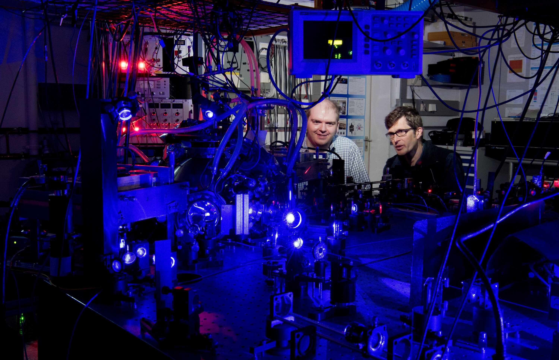Die optische Uhr der Braunschweiger Forscher.Spiegel erzeugen ein Gitter aus Laserlicht, in dem sich mehrere Tausend Stromtiumatome befinden. Ihre Schwingungsdauer:0,000 000 000 000 002 Sekunden.