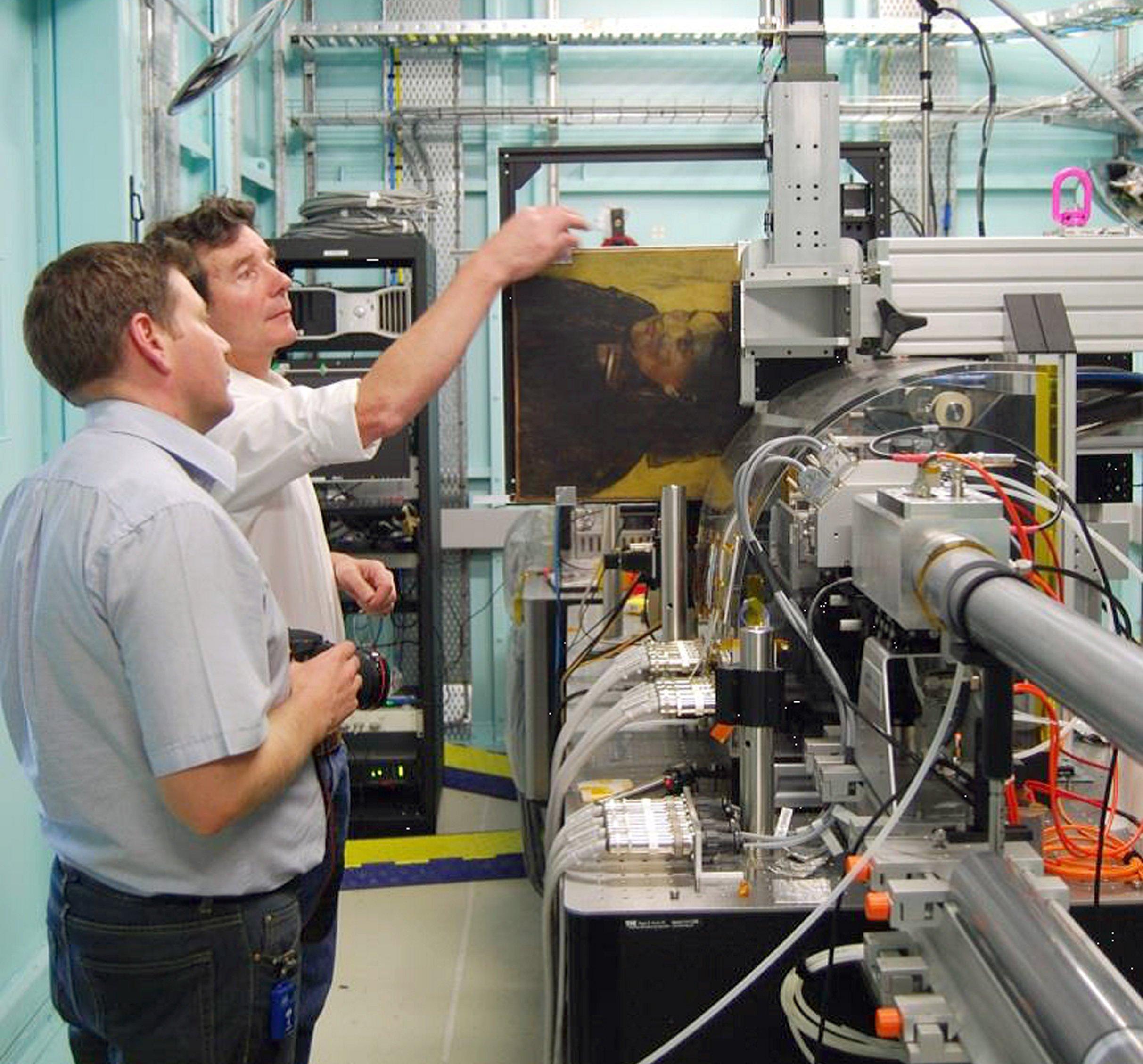 Die Forscher David Patterson and Daryl Howard bereiten die Bestrahlung des Gemäldes mit energiereichem Licht vor.