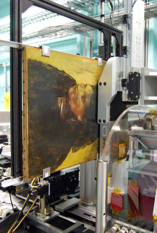 Weniger als 2 mm trennen den Detektor von der Oberfläche des Gemäldes. Beim Scannen wurden zeitgleich auf 384 Kanälen Bilddaten gesammelt.