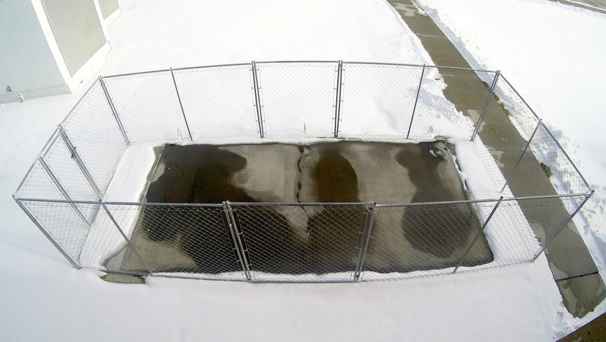 Diesem Beton wurden Metallspäne und Kohlenstoffpartikel zugesetzt. Unter Strom gesetzt, entwickelt der Beton Wärme und lässt Schnee und Eis tauen. Der leitfähige Beton wäre besonders sinnvoll für den Einsatz frostgefährdeter Flächen auf Brücken und Flughäfen.