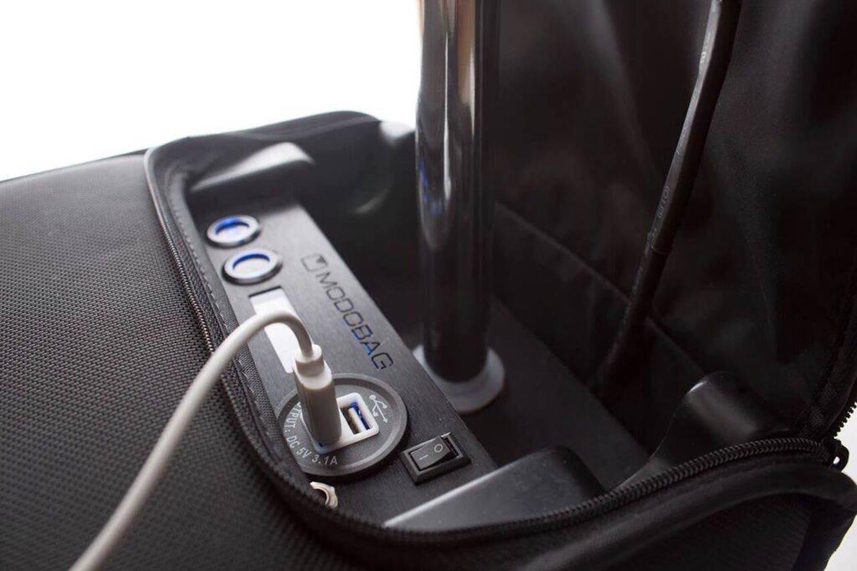 Praktisch: Der Koffer lässt sich über einen USB-Anschluss laden. In 15 Minuten ist der Akku zu 80 % geladen.