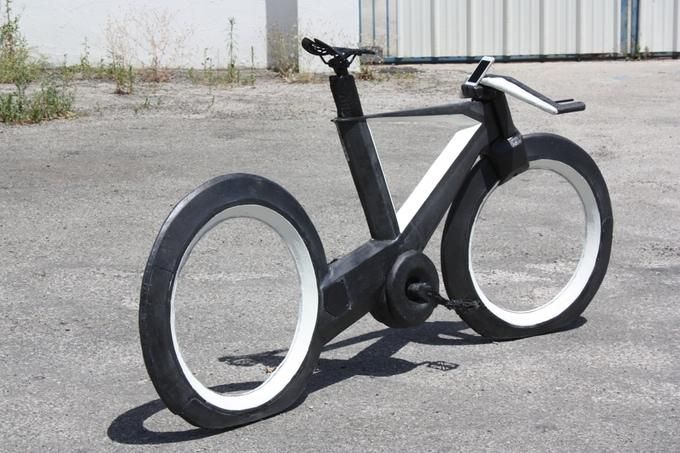 Das Cyclotron Bikeohne Speichen zeigt mit Laser: Abstand halten