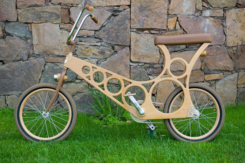 Im Einklang mit der Natur: Ein Hoopy mit Pedalen von einem Motorrad, Ledersitz und Lampen aus Holz.