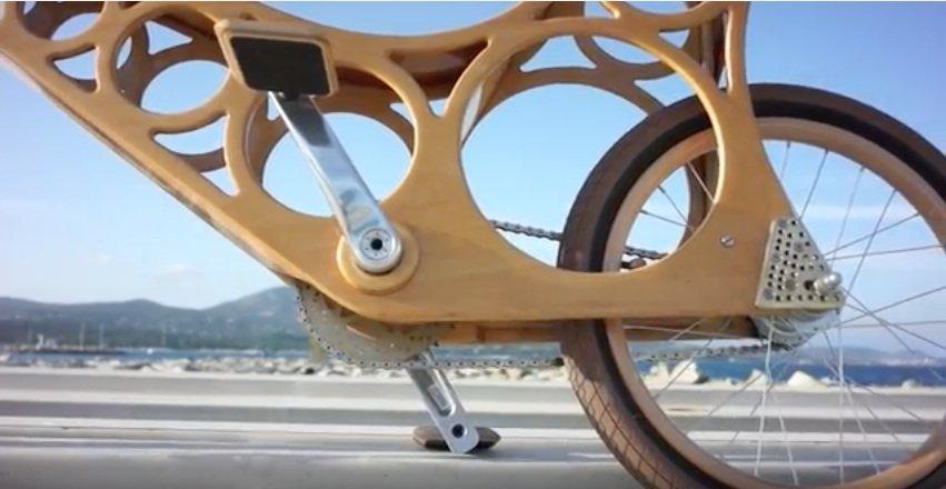 Für den Hoopy-Rahmen genügen zwei 1 cm dicke und 1,2 m lange Sperrholzplatten in einer Breite von 60 cm. Um Gewicht zu sparen und das Aussehen zu verbessern muss der Hobby-Fahrradbauer pro Brett 16 Holzstücke heraussägen.