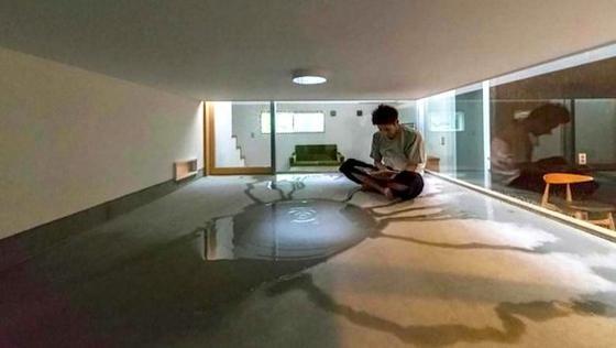 Meditativ: ein Rückzugsort mitten im Haus aber unter freiem Himmel. In diesem Innenhof sammelt sich bei Regen Wasser und bildet eine Pfütze.