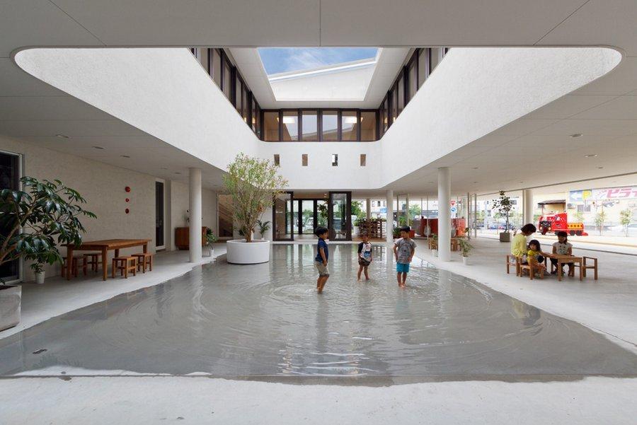 Der Innenhof einer Vorschule verwandelt sich bei Regen in eine Pfütze, in der die Kinder spielen dürfen. Diese Idee hatte der Architekt Taku Hibino vom Architekturbüro Hibino Sekkei.