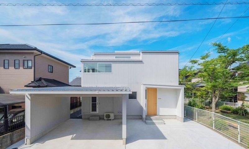 Auf den ersten Blick nichts Besonderes, doch das Stadthaus für eine dreiköpfige Familie im dicht besiedelten Matsusaka City im Südwesten Japans hat ein Geheimnis: Bei Regen ist eine Pfütze zu Gast.