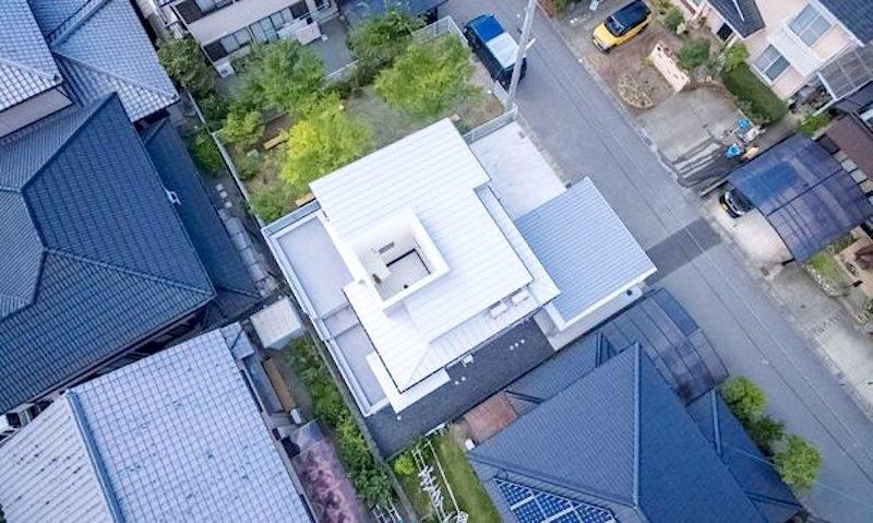 Aus der Vogelperspektive ist die Öffnung im Dach des Pfützenhauses deutlich zu erkennen.